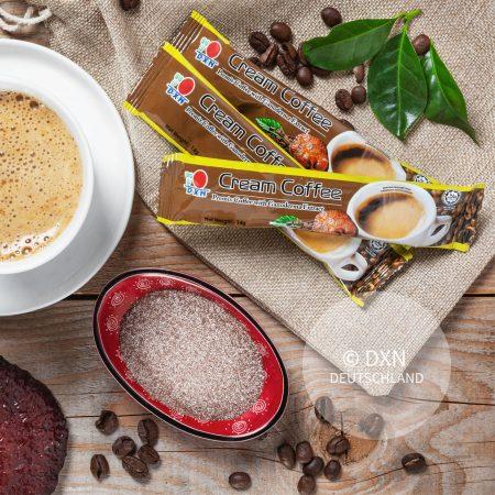 DXN Cream Kaffee Packung mit einer Tasse Kaffee