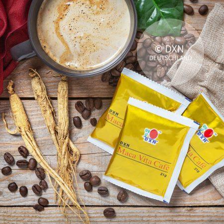 DXN Maca Vita Café Packung mit einer Tasse Kaffee