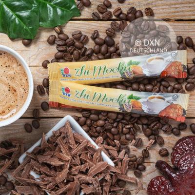 DXN Zhi Mocha mit einer Tasse Kaffee