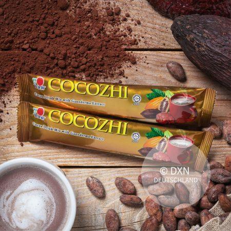 DXN Cocozhi mit einer Tasse Kaffee und